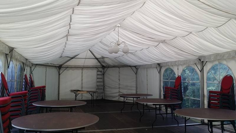 Festzelt mit Zelthimmel in weiss und Banketttische und Bankettstühle für eine Hochzeit in Wendeburg