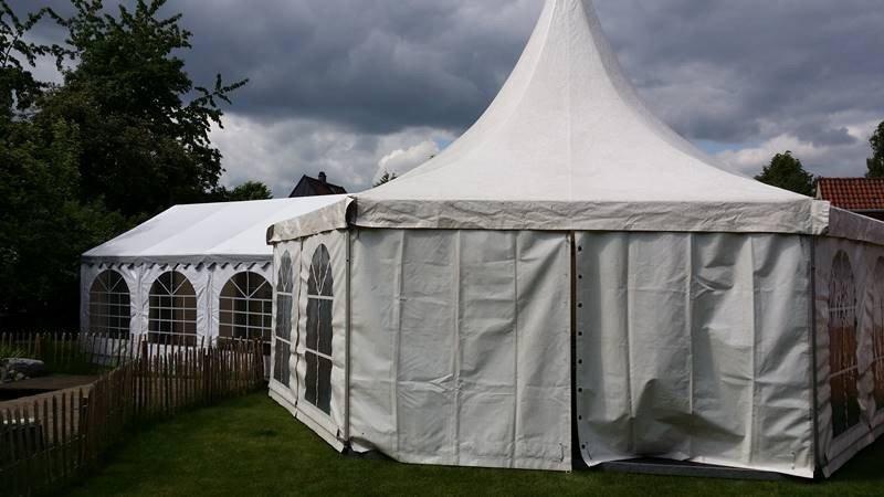 Pagodenzelt mit Partyzelt für eine Hochzeit in Ilsede