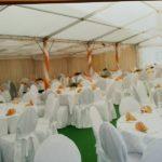 Einrichtung im Festzelt mit Mobiliar in weiss beim Sommerfest in Siersse