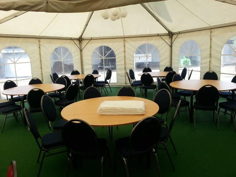 Banketttische und Bankettstühle im Pagodenzelt mit Teppichboden in Grün