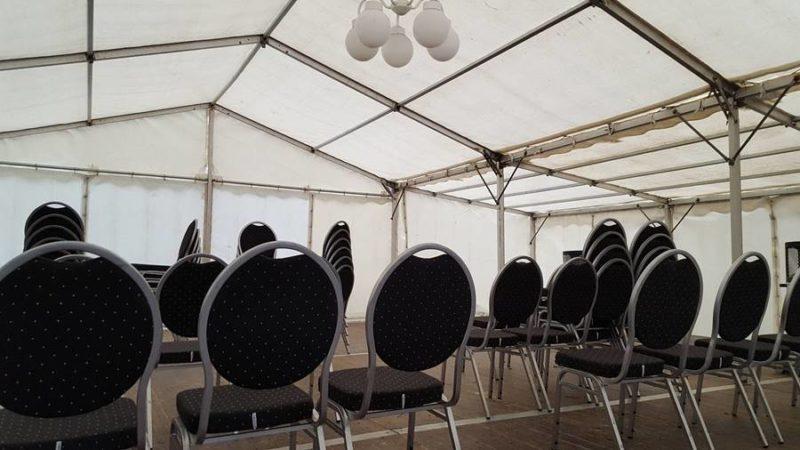 Zeltverleih Festzelt Mieten 9 x 9 m mit Fußboden und Bankettstühle