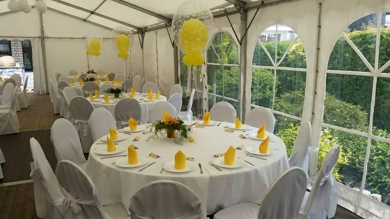 Hochzeit Festzelt mit runden Tischen Bankettstühle mit Stuhlhussen